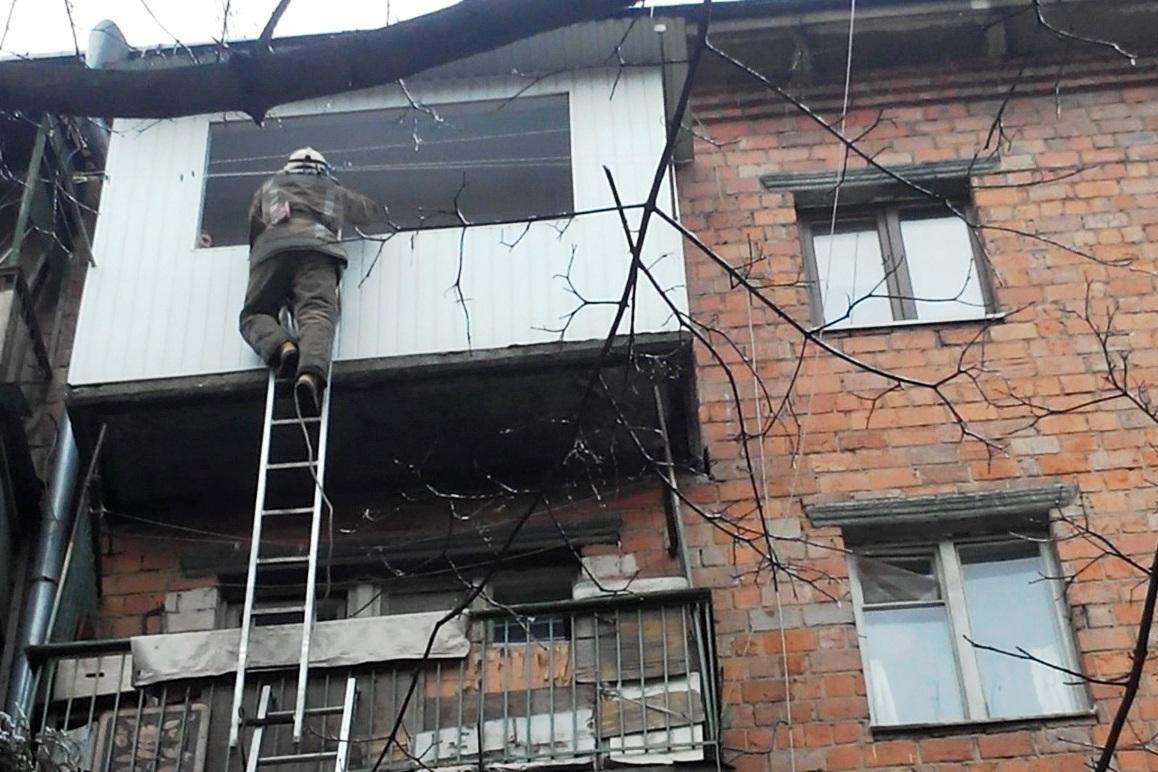 Ребенок на балконе видео..
