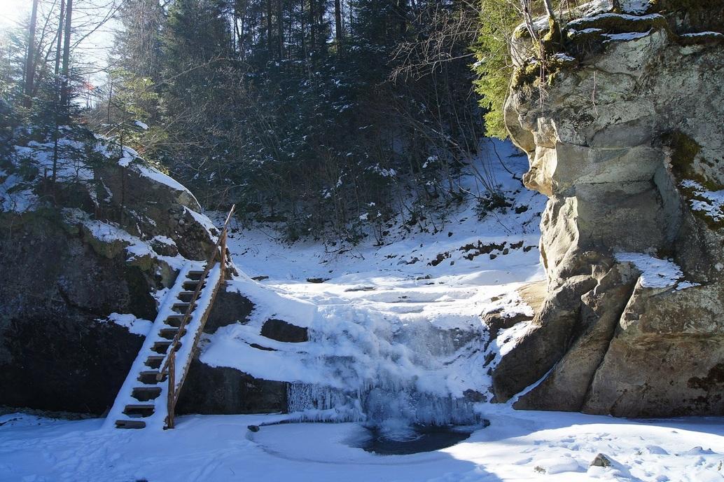 Так водоспад під назвою «Ворота» виглядав ще наприкінці січня