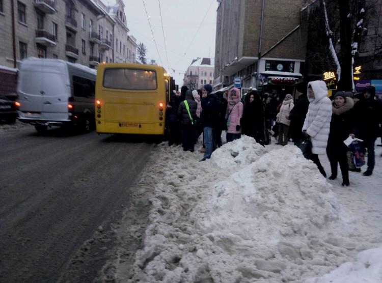 зупинка_сніг1